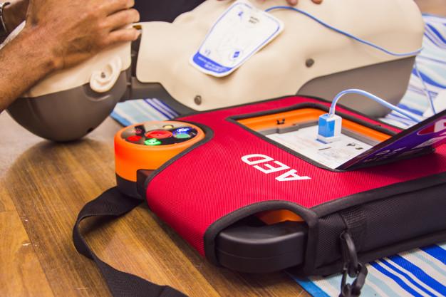 Defibrilator srčni spodbujevalnik je enostaven in varen za uporabo
