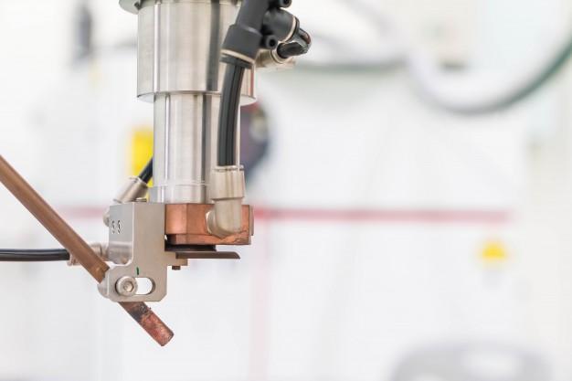 Lasersko rezanje pločevine poteka s pomočjo sodobnih strojev