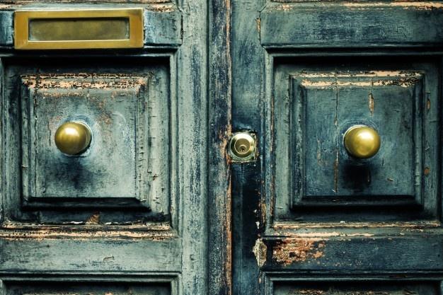 Lesena vhodna vrata za starejšo domačijo