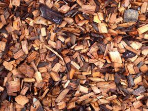 V nekaterih kurilnih napravah se dobro obnesejo tudi peleti in celo odpadni material iz lesa.
