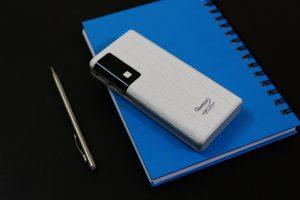 Nekateri mobilni telefoni lahko delujejo kot power bank in polnijo druge telefone, ki so na tesnem s svojo baterijo.